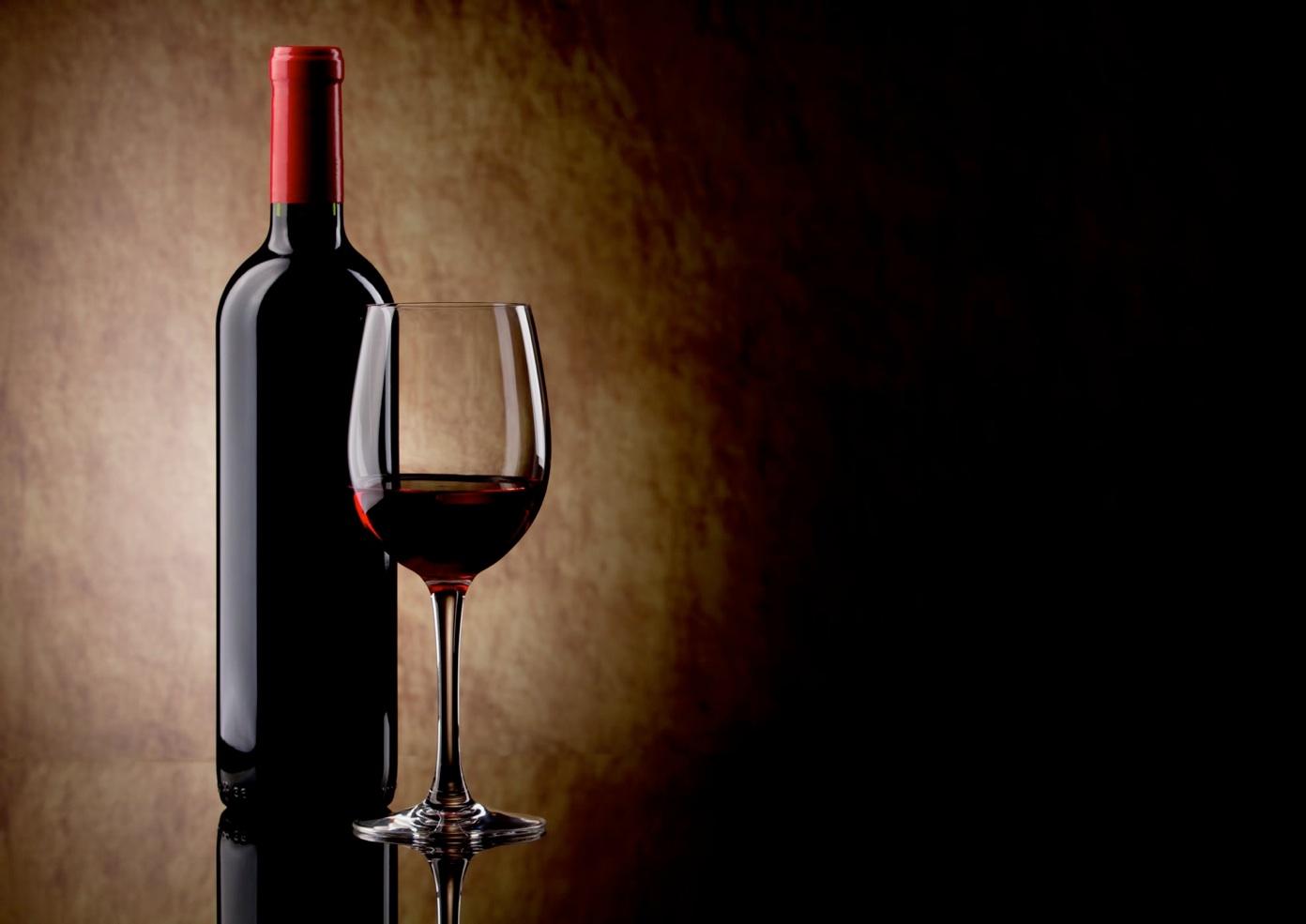 Bouteille De Vin Rouge Sans Etiquette Avec Un Verre A Sa Droite