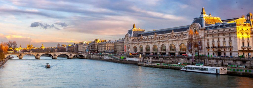 Vue de la Seine parisienne et de la façade du musée d'Orsay rive gauche