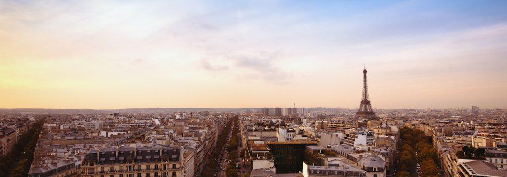 Vue panoramique de Paris avec la Tour Eiffel en fond